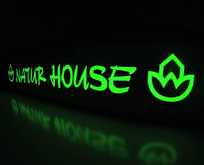 Kaseton reklamowy z czarnego dibondu podświetlany na zielono