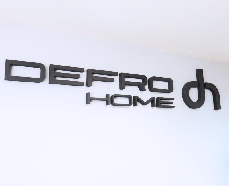 Litery przestrzenne ze styroduru Defro home na ścianie biura