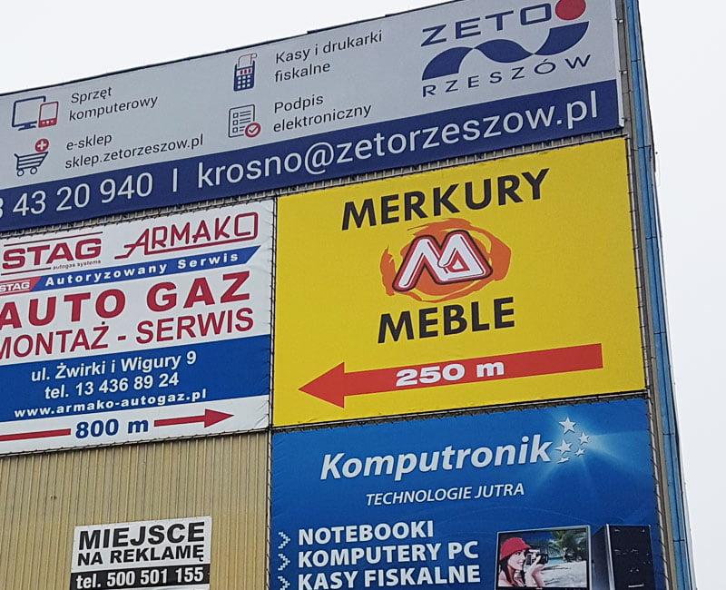 Baner reklamowy, wielkoformatowy zawieszony na elewacji budynku w Krośnie.
