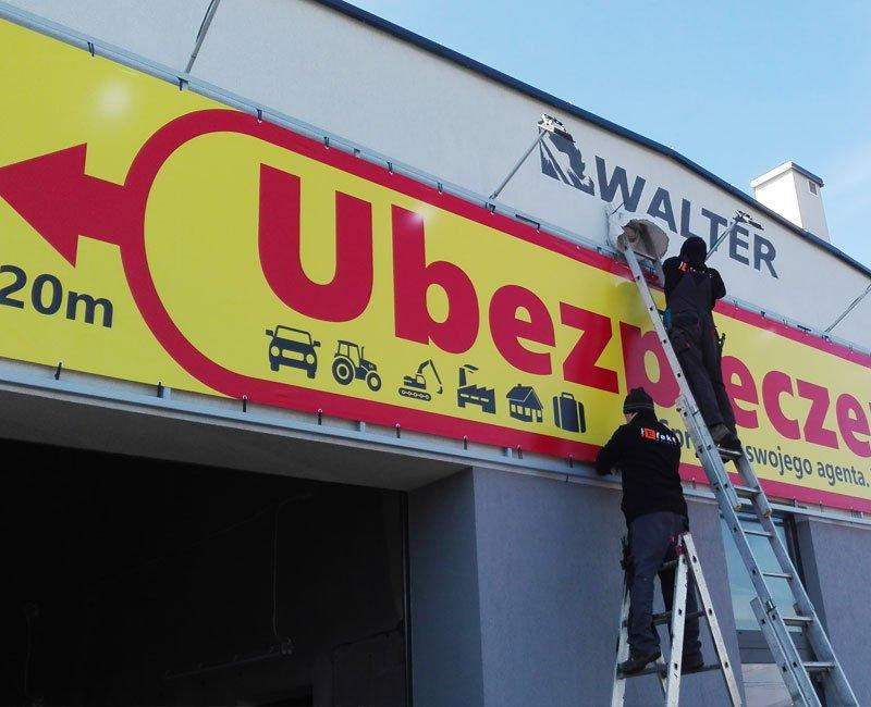 Baner reklamowy montowany na budynku firmy Walter w Krośnie.