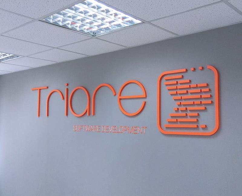 logo 3d na ścianę z plexi pomarańczowe triare od Studio Efekt