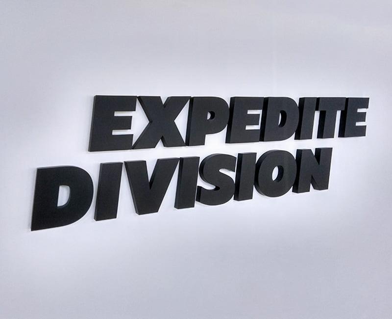 Logo 3D na ścianę firmy Expedite division czarne przestrzenne