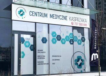 reklama zewnętrzna kaseton reklamowy oklejanie witryn centrum medyczne kasprzaka