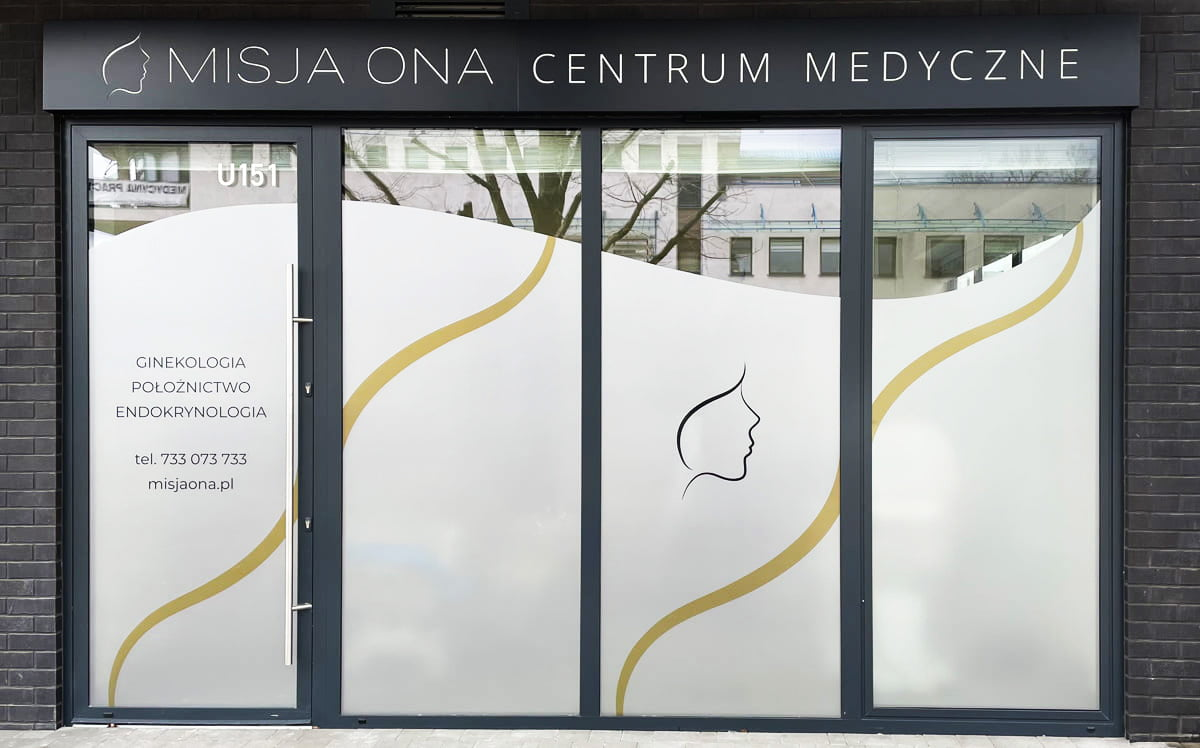 reklama zewnętrzna kaseton z dibondu, oklejanie witryn dla centrum medycznego misja ona