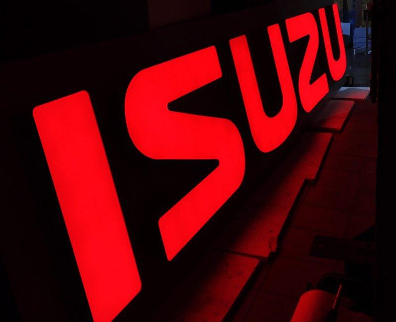 Litery blokowe czerwone podświetlane 3d isuzu studio efekt