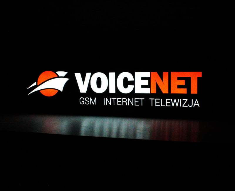 kaseton reklamowy z dibondu voicenet agencja reklamowa efekt