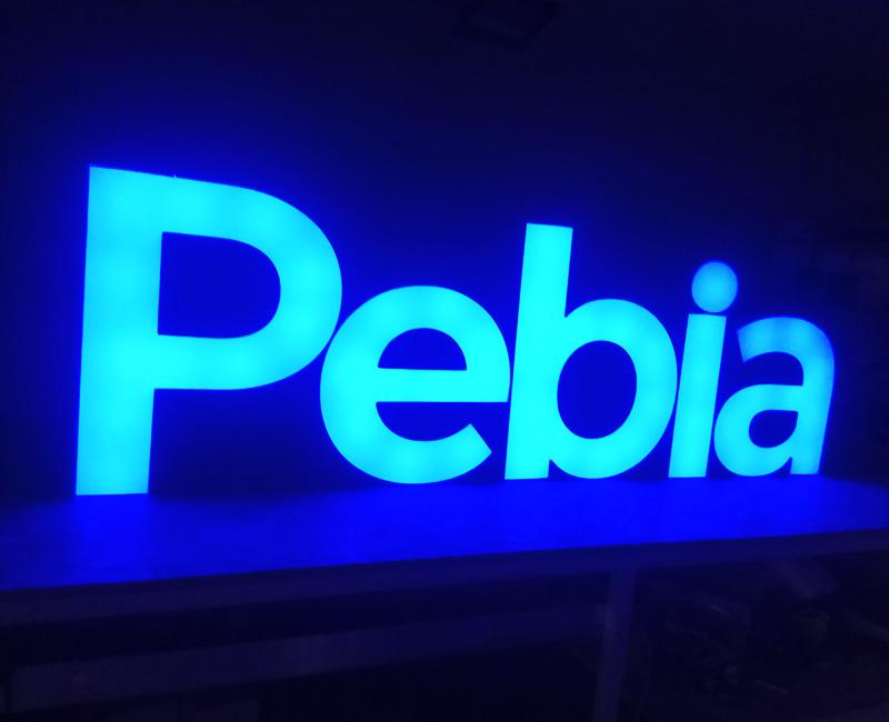 Litery reklamowe podświetlane niebieskie Pebia od Studio EFEKT